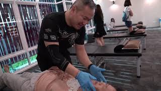 Chris Leong help her Quick adjustment for  hip problem. MostAmazingTop10 Chris Leong | 马来西亚吉隆坡梁潤江跌打